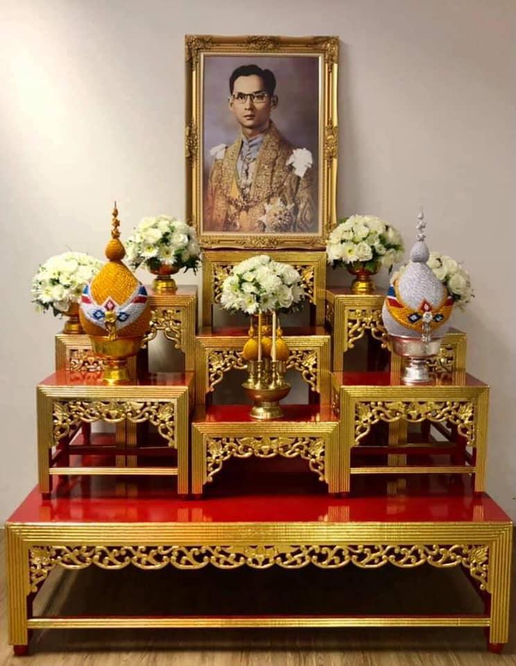 รูปแบบตัวอย่างการจัดโต๊ะหมู่บูชา ร.๙ เนื่องในวันคล้ายวันสวรรคต พระบาทสมเด็จพระบรมชนกาธิเบศร มหาภูมิพลอดุลยเดชมหาราช บรมนาถบพิตร